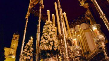 Intensas horas en Utrera para enlazar el Jueves Santo y el Viernes Santo