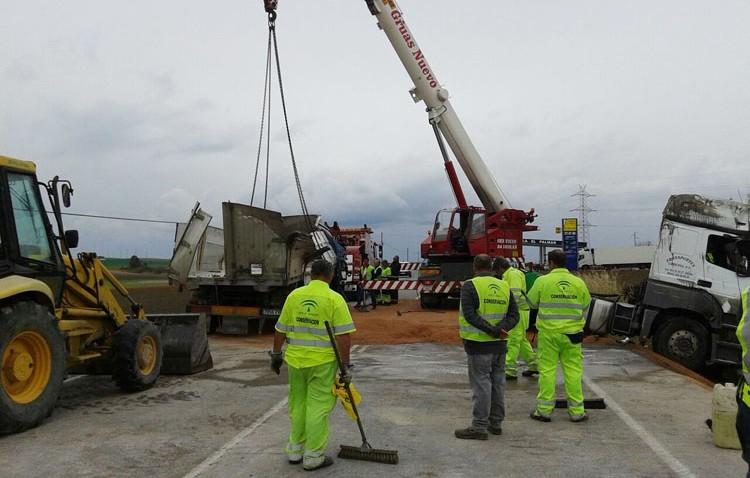 Un aparatoso vuelco de un camión provoca el corte completo de la carretera en El Palmar de Troya