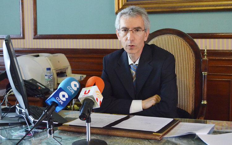 El PSOE pide la dimisión del alcalde por estar «imputado» y el PA le recuerda que «miente»