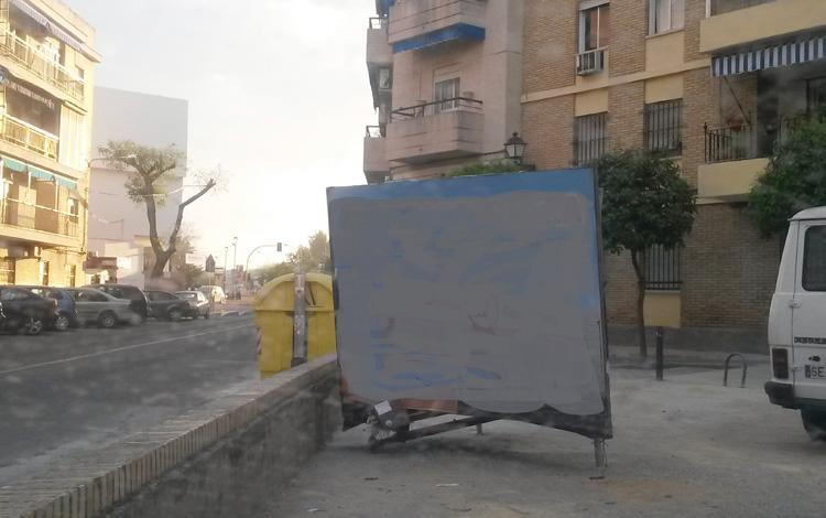 Soportes publicitarios ocupando plazas de aparcamientos