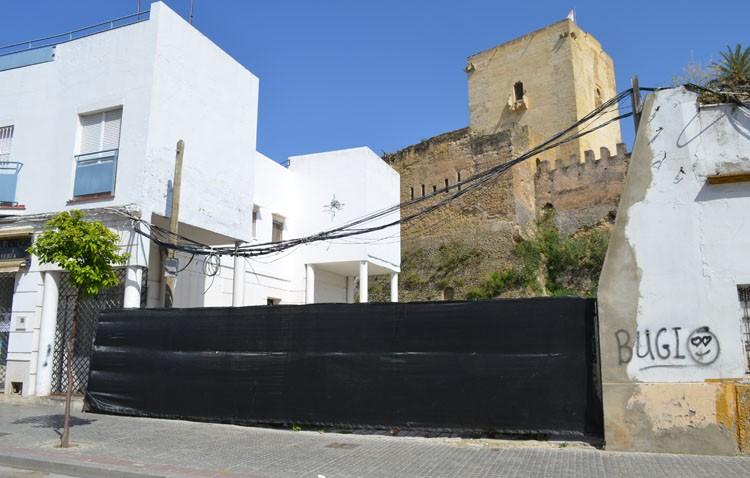 La nueva calle peatonal a los pies de la muralla del castillo entrará en servicio en un mes