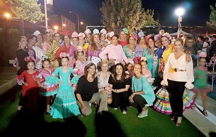 Más de 300 personas disfrutan de un desfile de moda flamenca en Almazara Plaza