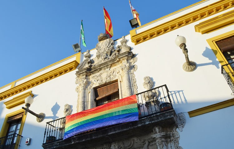 Utrera se suma al «Día del Orgullo Gay» con la instalación de dos banderas multicolor
