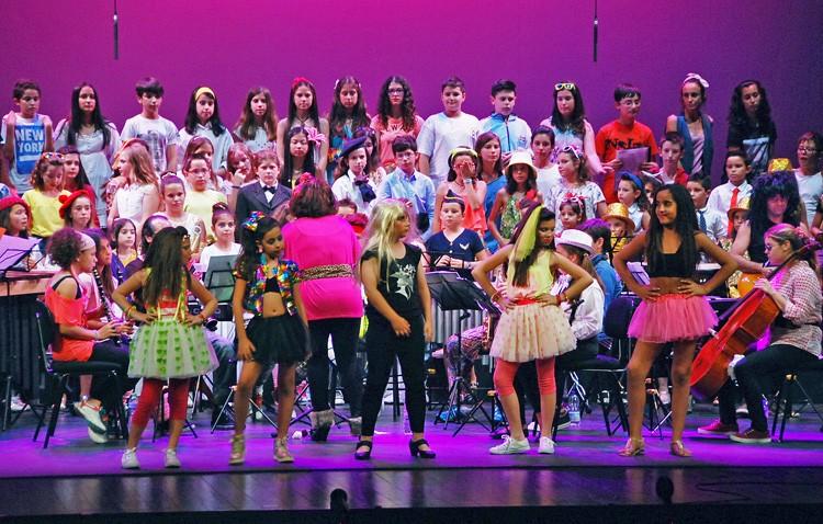 Un espectacular musical dedicado a Mecano cerró el fin de curso del conservatorio en el teatro