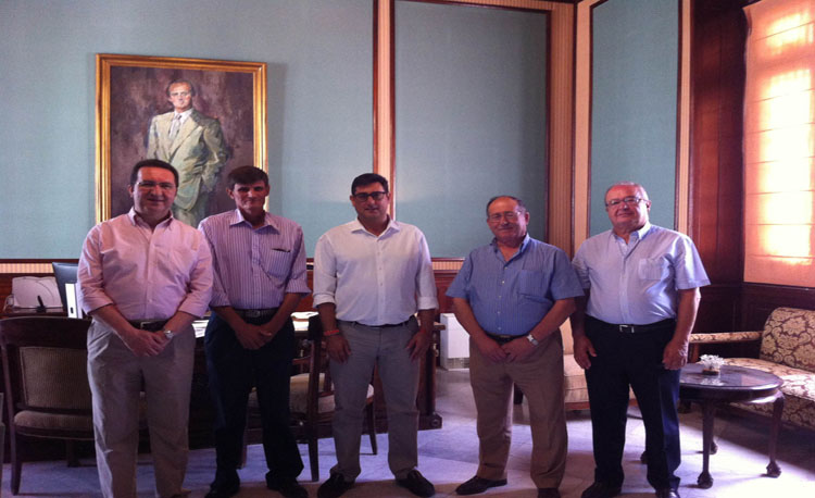 El alcalde recibe a la empresa local Olivareros