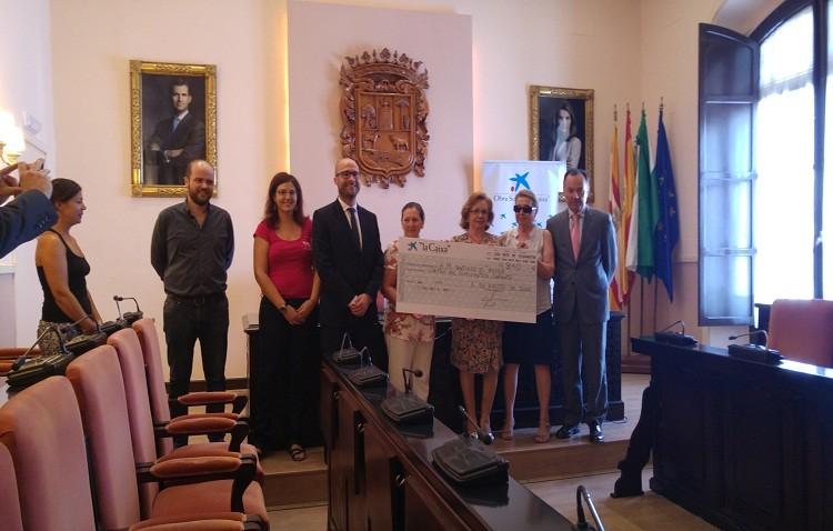 La Caixa entrega casi 5,000 euros para los proyectos de la asociación de mujeres 'Santiago el Mayor'