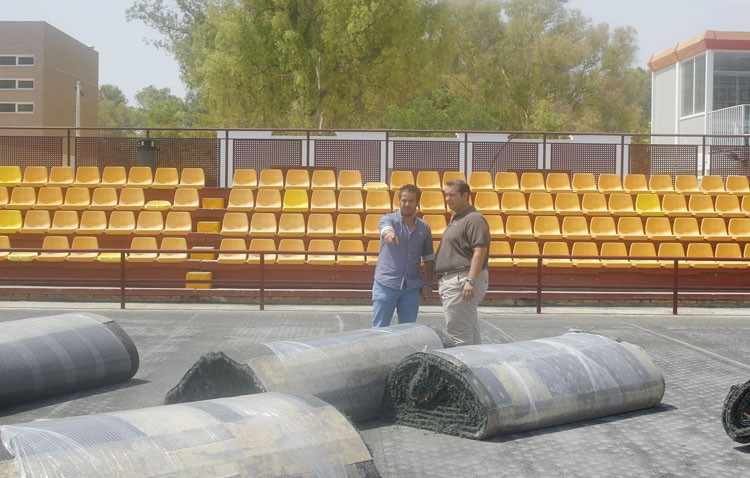 Continúan los trabajos para instalar el césped artificial en el San Juan Bosco