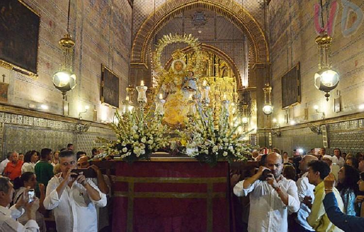 Recogida de alimentos en el santuario durante la novena a la patrona