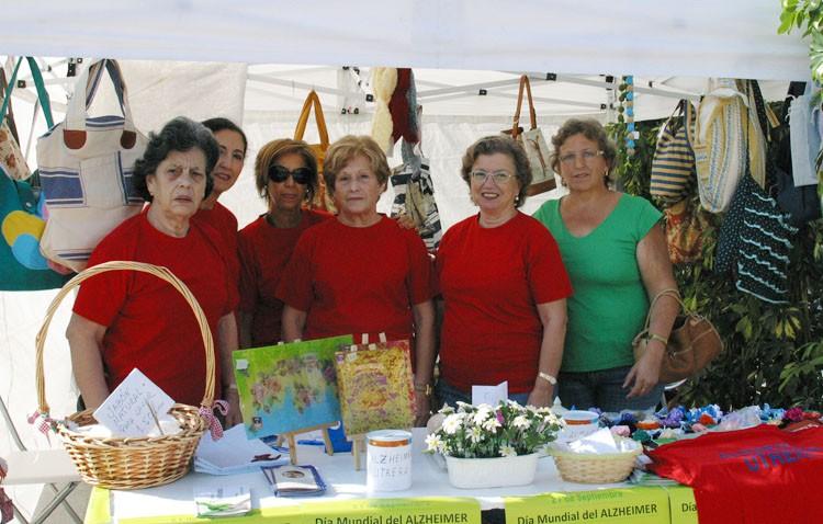Un mercadillo solidario de la asociación de enfermos de alzheimer que pide la colaboración de los utreranos