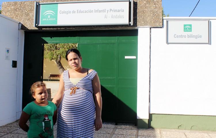 La niña Dolores Consolación logra por fin plaza en el colegio situado junto a su casa