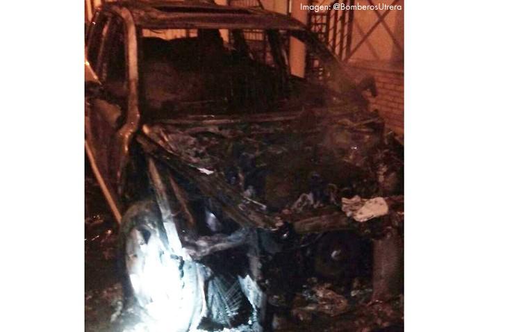 Dos coches calcinados y una casa inundada de humo en la calle Otoño
