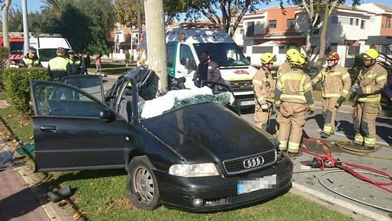 Un joven resulta herido muy grave al empotrar su coche contra un árbol