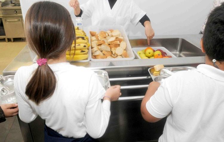 Un plan para cubrir las necesidades alimenticias de los niños en sus colegios