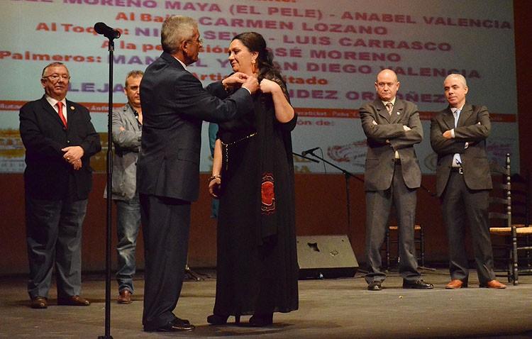 Una emocionada Mari Peña recibe el homenaje del primer Festival del Mostachón sin Curro de Utrera