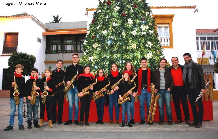 La plaza de Gibaxa acogió el tradicional concierto navideño de Ciusax (IMÁGENES)