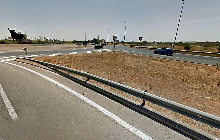 Fallece un motorista tras chocar con la mediana a la entrada de Utrera