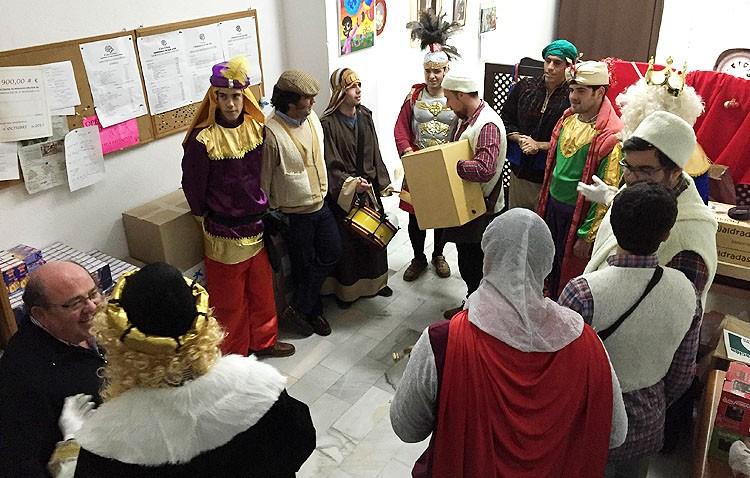 La tertulia cofrade «La parihuela» reparte regalos entre los utreranos