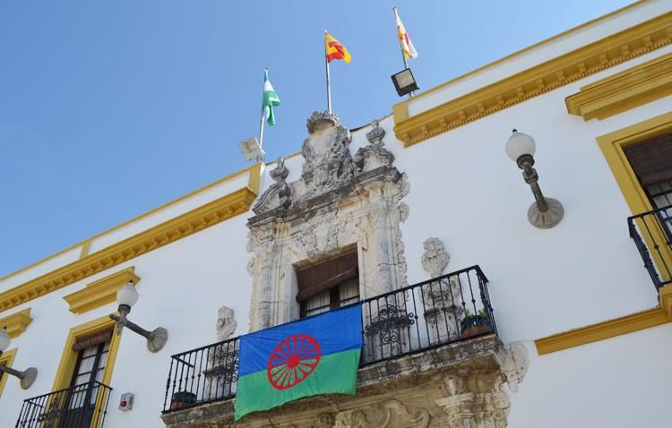 La bandera del pueblo gitano ondea a la entrada de Utrera y en el balcón del ayuntamiento