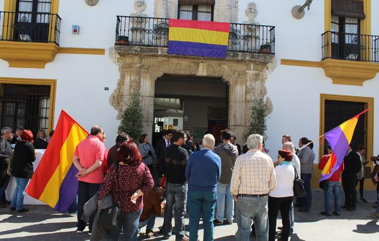 El gobierno local (PSOE-IU) coloca la bandera republicana en el Ayuntamiento