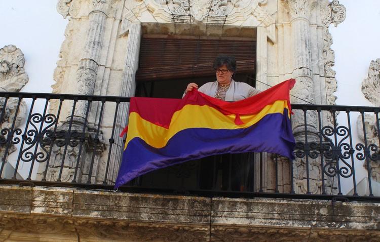 El PP reclama un informe sobre la legalidad de la colocación de la bandera republicana en el ayuntamiento