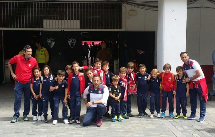 El equipo Prebenjamín del C.D. Utrera disfruta de un día con el Sevilla FC