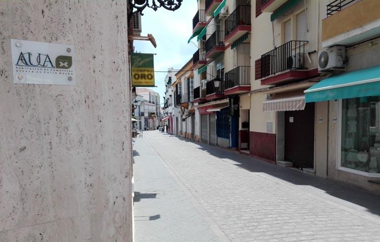 El Ayuntamiento abre expediente a los comercios de la calle Ancha por unas placas identificativas ilegales