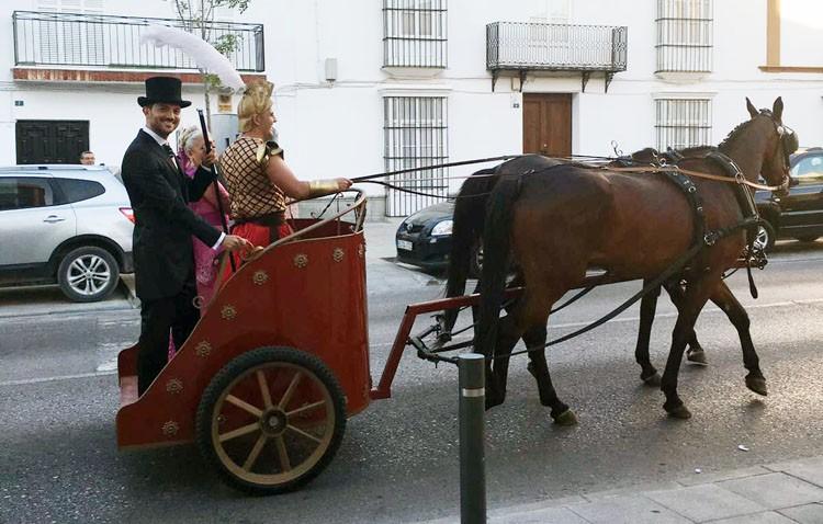 Un novio llega a su boda sobre una cuadriga dirigida por un auriga