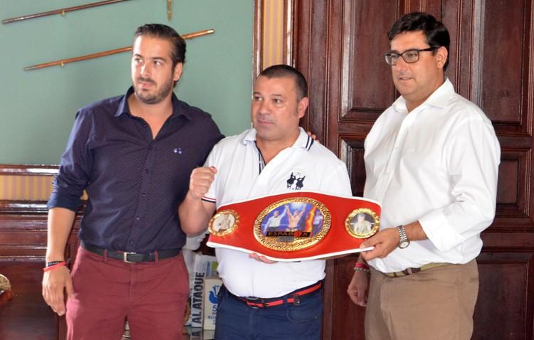 El boxeador utrerano Javier Campanario, galardonado por sus seis Campeonatos de España