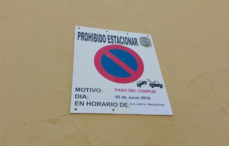 Un cartel del Ayuntamiento anclado en un edificio catalogado