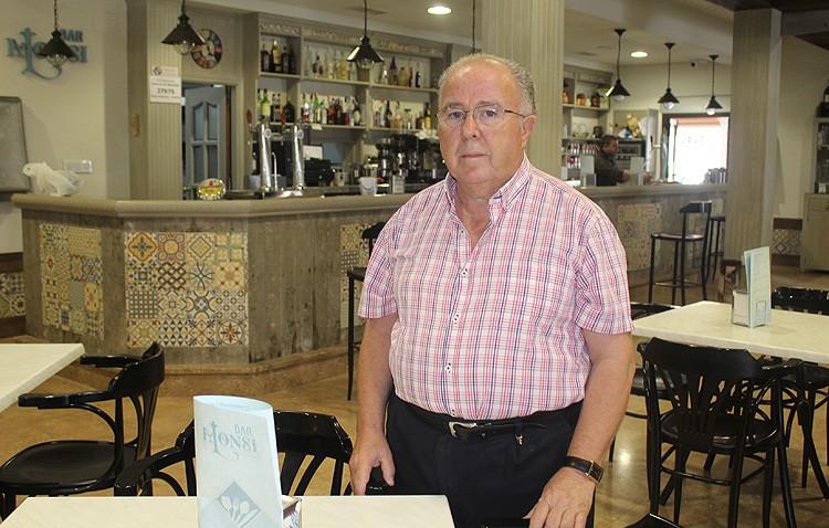 Idelfonso García, más de 35 años al frente del «bar Alonsi»