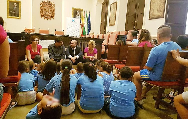La asociación de mujeres «Santiago el Mayor» recibe 5.000 euros para su proyecto de verano