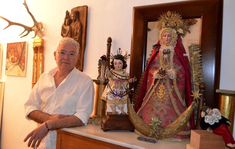 El utrerano Juan Romera, uno de los principales vestidores de imágenes de la ciudad