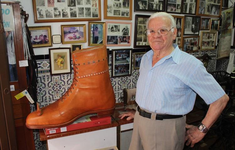 El zapatero Miguel Sola «Pilín», historia viva de un oficio en extinción