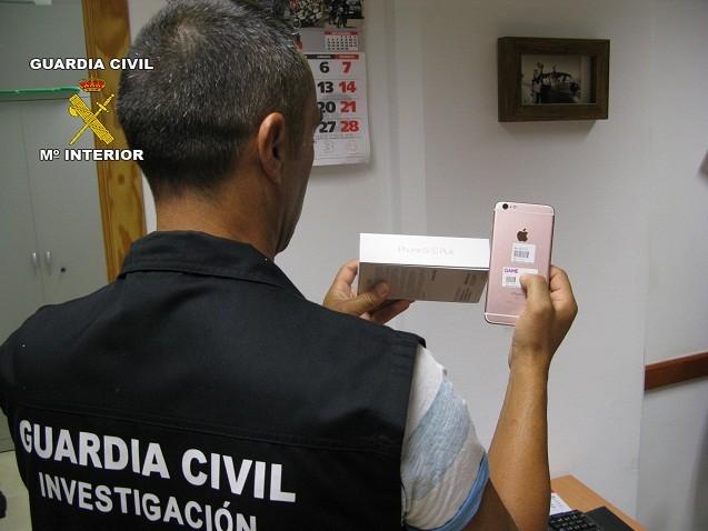 Detenida por la Guardia Civil por hurtar y estafar a la persona a la que cuidaba en Utrera