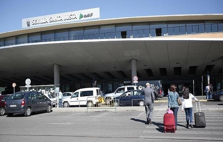 Adif licita la prestación de servicios de orientación y ayuda en Sevilla Santa Justa y Málaga