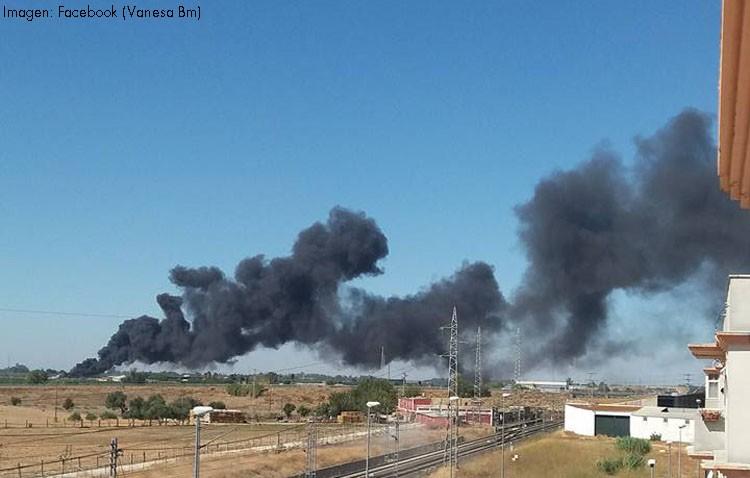 Un incendio de pastos y neumáticos provoca una gran columna de humo (IMÁGENES)