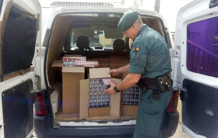 Detenidos un padre y su hijo con 4.000 cajetillas de tabaco de contrabando