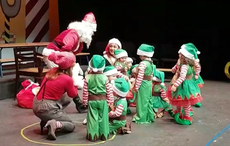El colegio Rodrigo Caro prepara las fiestas con una función de Navidad en el teatro