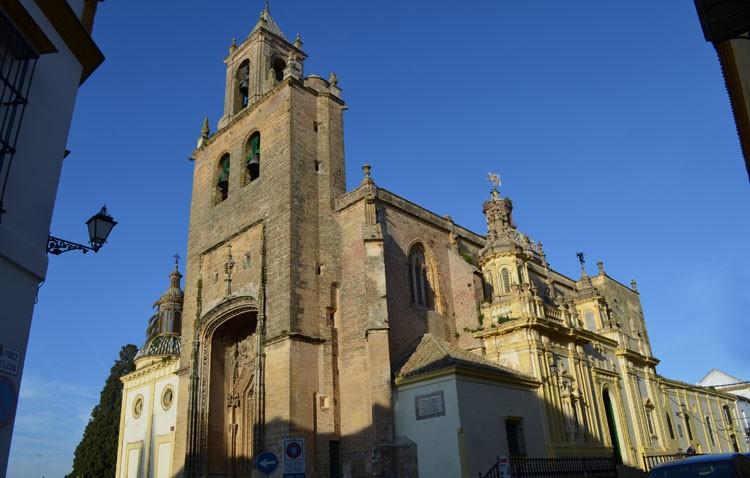 Un convenio para iniciar la restauración de la parroquia de Santiago