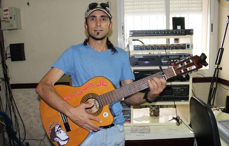 «El Guaje», un cantautor, boxeador, cabrero, albañil y atleta