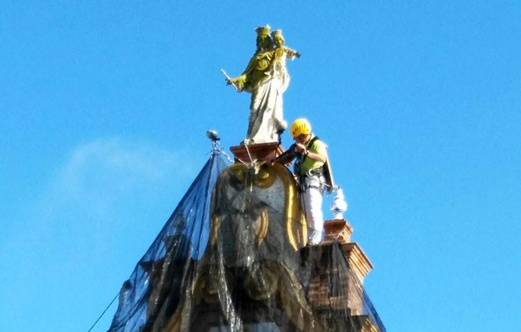 La espadaña de la iglesia del Carmen recupera su esplendor