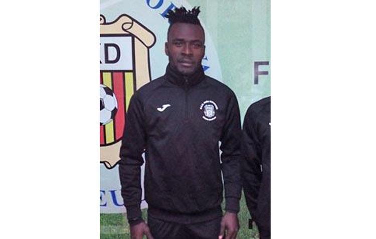 Miguel Ángel Montoya prueba a un central camerunés para el Club Deportivo Utrera