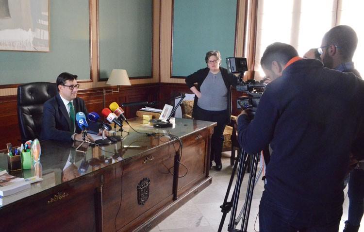 Villalobos convoca a la prensa pero se niega a aceptar preguntas (AUDIO)