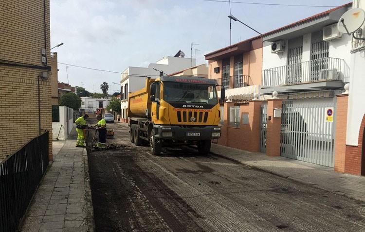 El plan de asfaltado de calles llega a La Mulata y el entorno de la estación de trenes de Utrera
