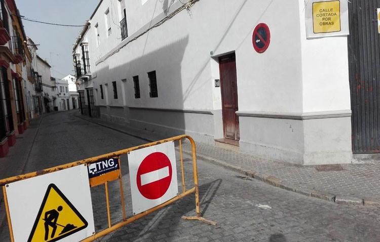 Caos de tráfico por la obra de Catalina de Perea ante la total falta de información, que ni siquiera llega a la Policía Local