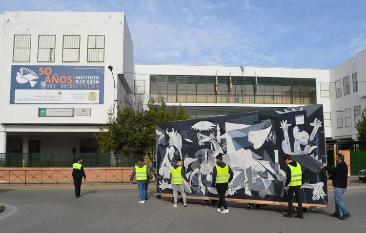 El «Guernica» de Picasso, un regalo que «camina» desde el instituto José María Infantes al Ruiz Gijón (IMÁGENES)