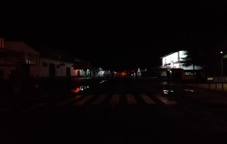 Pasos de peatones a oscuras en la carretera Amarilla