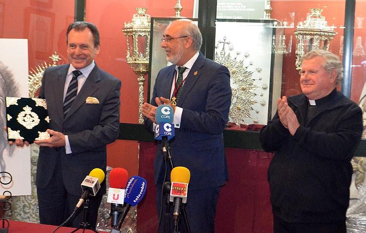 Ernesto Sanguino recibe las pastas para llenarlas del «compromiso cristiano» de su pregón