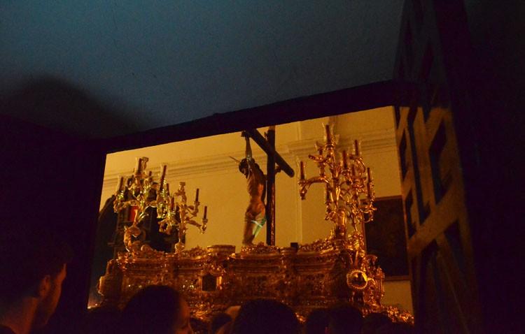 La cuenta atrás llega a su fin en la calle «La Fuente» con el traslado del Cristo de los Afligidos a su paso (GALERÍA)