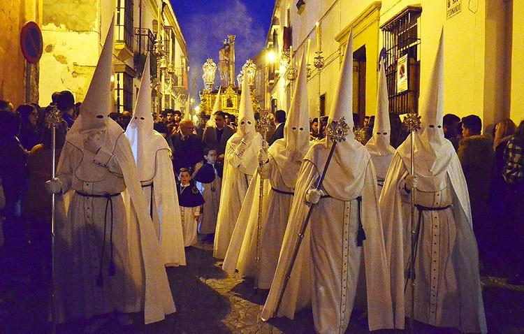 Miércoles Santo de antifaces blancos con los Aceituneros